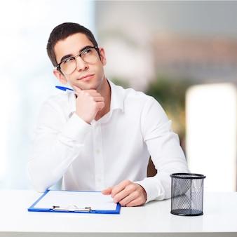 Hombre y sonriendo sosteniendo una taza de café