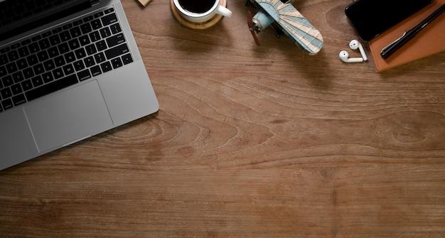 Home office rústico com material de escritório e uma xícara de café