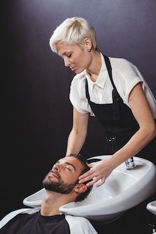 Homem a lavar o cabelo