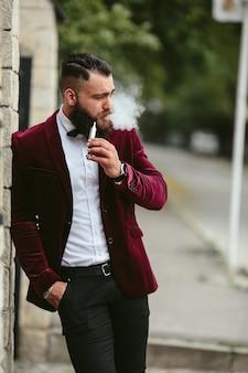 Homem à moda de fumar relaxado