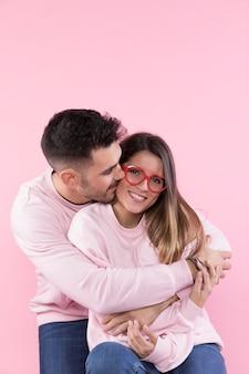 Homem, abraçando, alegre, atraente, mulher, com, óculos