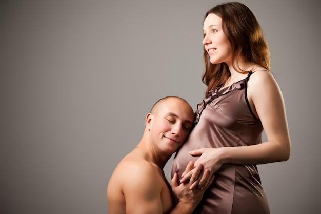 Homem, abraçando, barriga, de, mulher grávida
