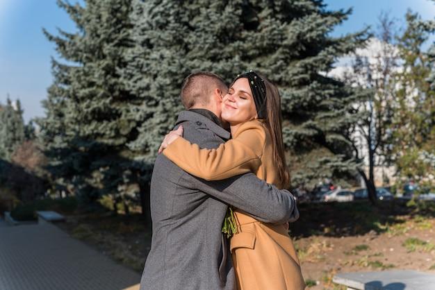 Homem, abraçando, sorrindo, mulher, rua