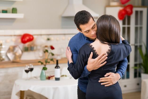 Homem abraçando sua esposa com espaço de cópia