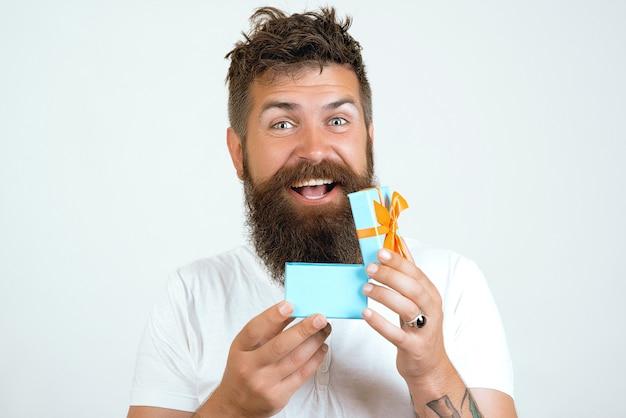 Homem abrindo caixa de presente