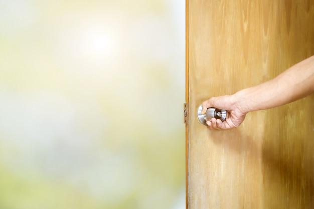 Homem, abrindo porta