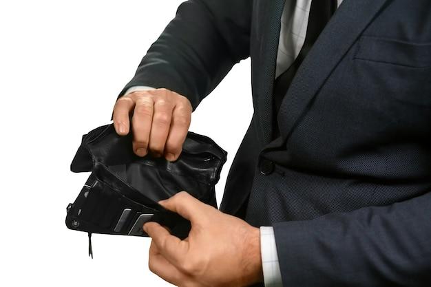 Homem abrindo uma carteira vazia. descompacte a tristeza. esperando pelo salário. depois das férias.