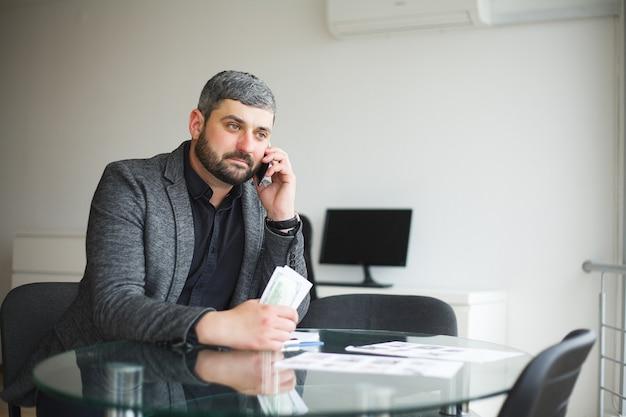 Homem aceita suborno para assinar contrato e fala ao telefone