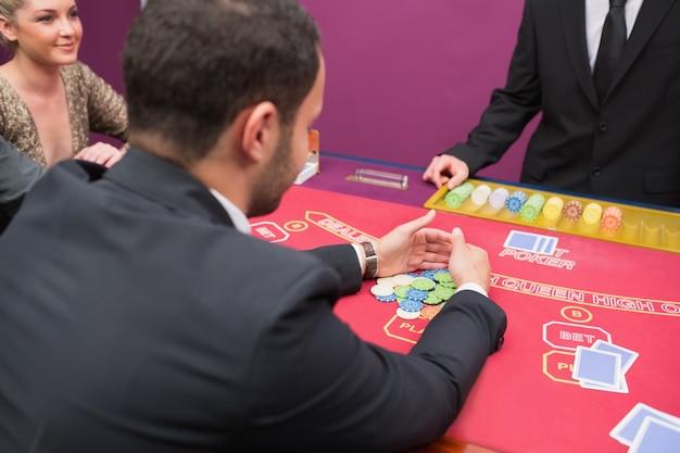 Homem aceitando seu prêmio no poker