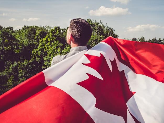 Homem acenando uma bandeira canadense. feriado nacional
