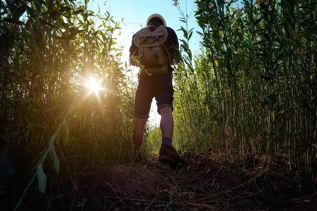 Homem acordado no campo com uma mala