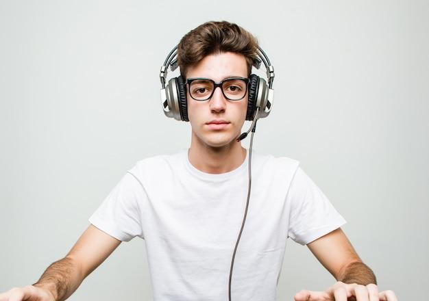 Homem adolescente jogando jogos de computador