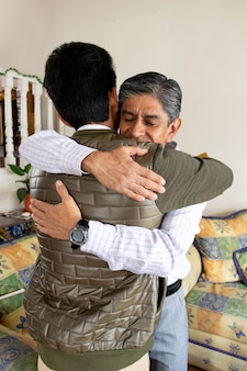 Homem adulto abraçando seu filho