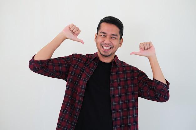 Homem adulto asiático apontando para si mesmo com expressão de orgulho