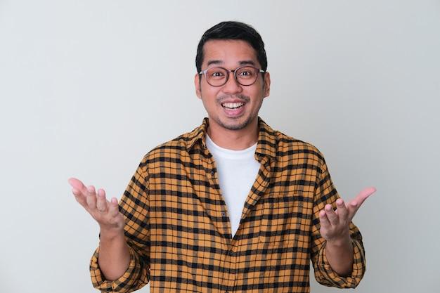 Homem adulto asiático com expressão facial alegre e ambas as mãos abertas