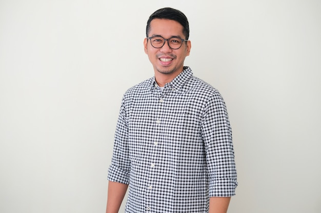 Homem adulto asiático em pé, confiante e sorridente