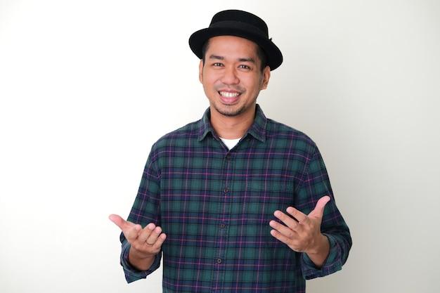 Homem adulto asiático sorrindo ao mostrar um gesto de saudação