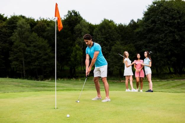 Homem adulto ativo jogando golfe