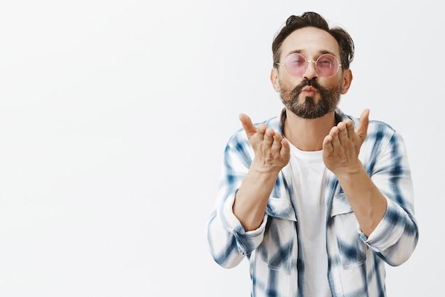 Homem adulto barbudo bonito e atrevido posando