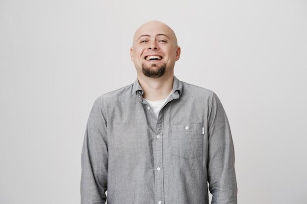 Homem adulto careca feliz rindo