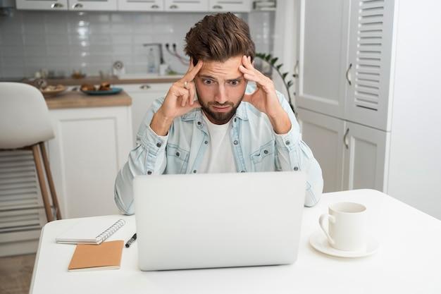 Homem adulto casual trabalhando em casa