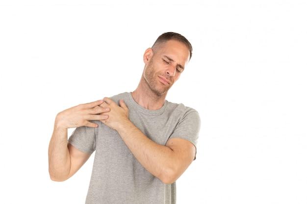 Homem adulto com dor no ombro