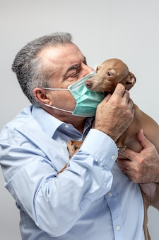 Homem adulto com máscara protetora para coronavírus