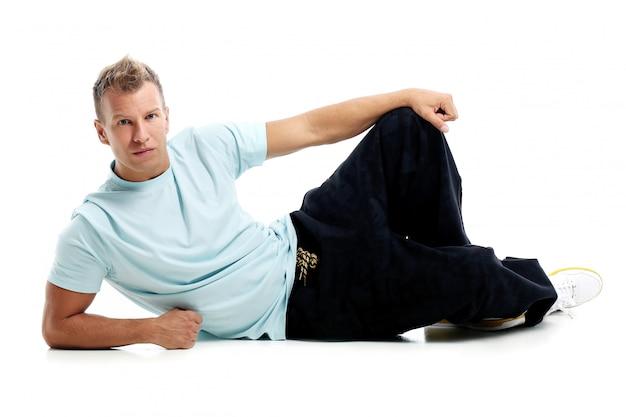 Homem adulto com uma camisa posando no estúdio