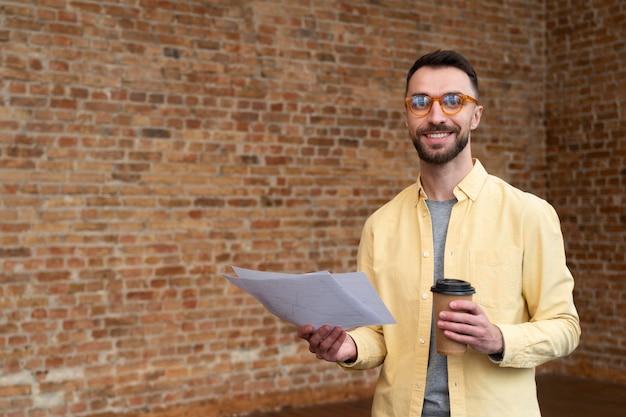Homem adulto corporativo posando no escritório