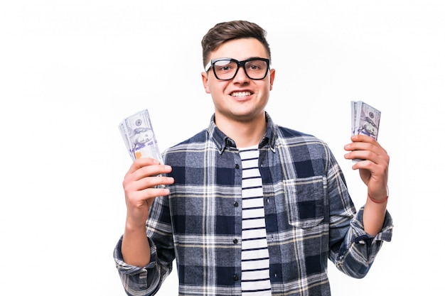 Homem adulto de camiseta casual, usando óculos, segurando o leque de dinheiro