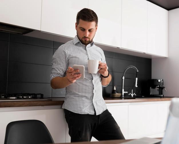 Homem adulto de frente para uma pausa para o café