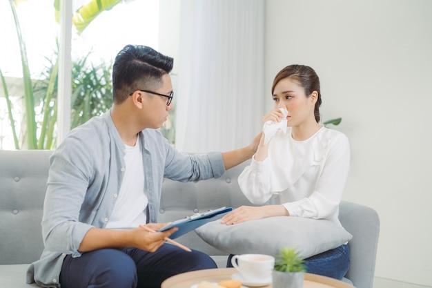 Homem adulto de óculos faz anotações. resolvendo problemas familiares em psicologia com seu cliente no escritório.
