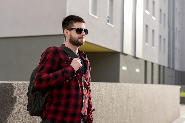 Homem adulto em roupas casuais com mochila