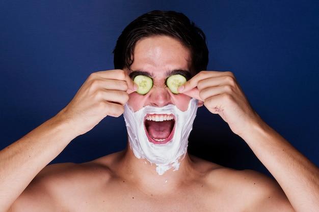 Homem adulto engraçado com tratamento de cuidados com a pele