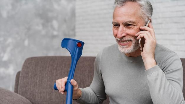 Homem adulto esperando o início da sessão de recuperação