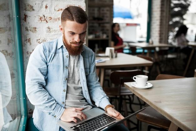 Homem adulto estudando pessoas on-line