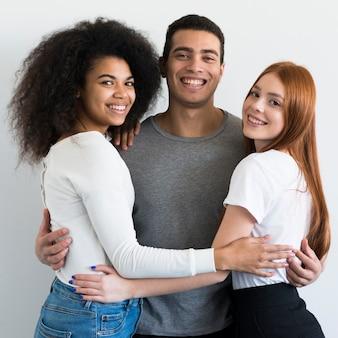 Homem adulto feliz e mulheres sorrindo juntos