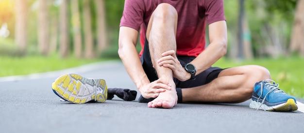 Homem adulto jovem com dor muscular durante a corrida.