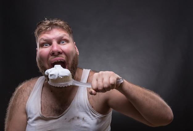 Homem adulto limpando os dentes