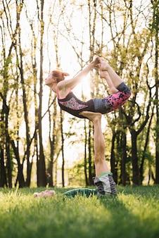Homem adulto meio, equilibrar, mulher, ligado, seu, perna, durante, exercitar