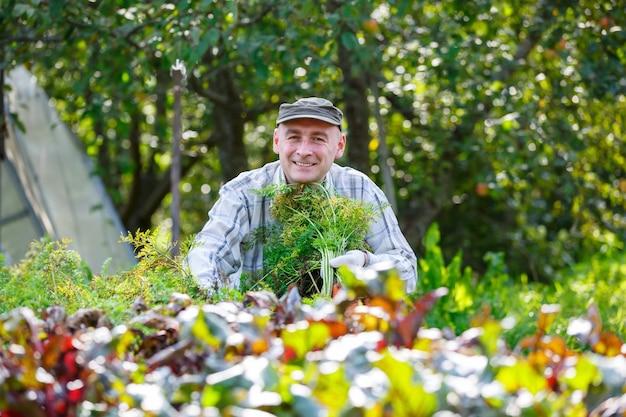 Homem adulto no jardim