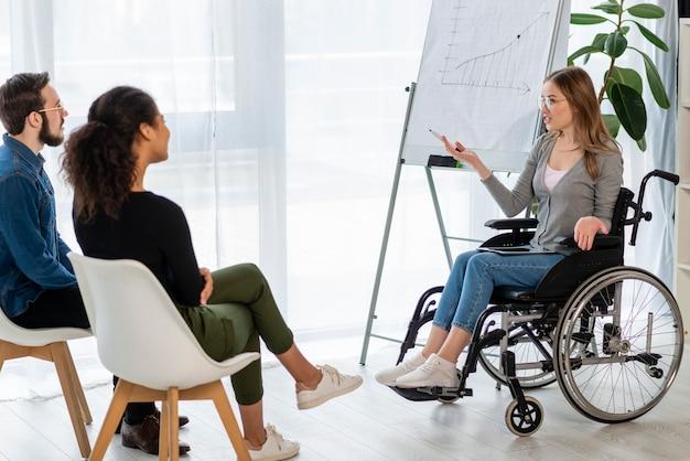Homem adulto positivo e mulheres discutindo um projeto