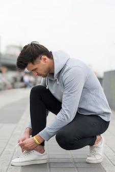 Homem adulto, preparando-se para fazer jogging
