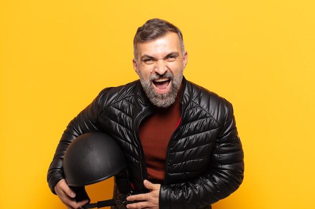 Homem adulto rindo alto de alguma piada hilária, sentindo-se feliz e alegre, se divertindo