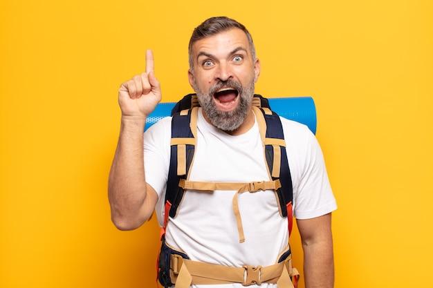 Homem adulto se sentindo um gênio feliz e animado depois de realizar uma ideia