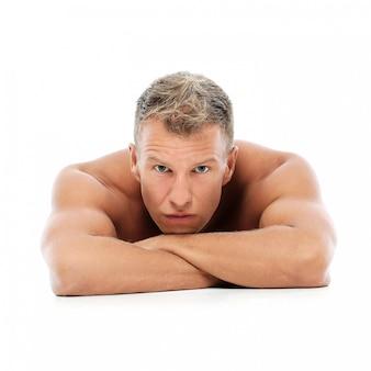 Homem adulto sem camisa posando no estúdio