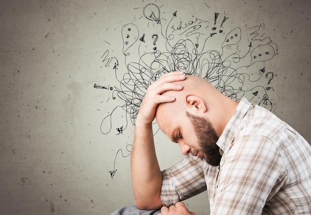 Homem adulto sente estresse e ansiedade ao desenhar ilustrações