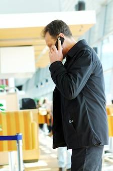 Homem adulto telefonando