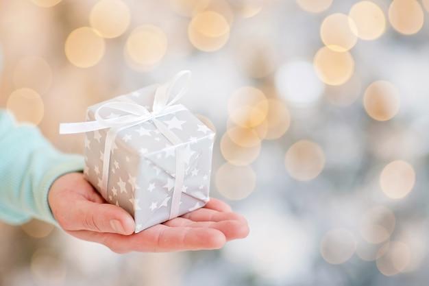 Homem adulto tem em sua caixa de mão com presente