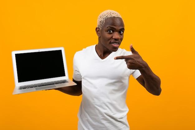 Homem africano, com, cabelos brancos, sorrindo, segurando, tela laptop, frente, com, esquema, apontar tela, ligado, amarela